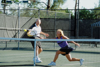 Photo couple playing tennis