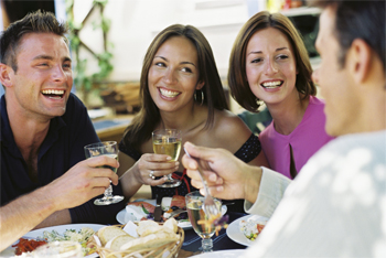 Photo two couples enjoying appetizers and drinks