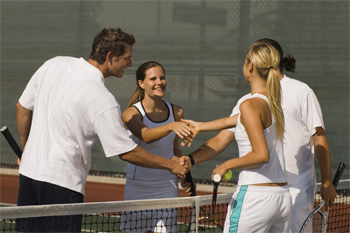 Photo two couples shaking hands over net after tennis match